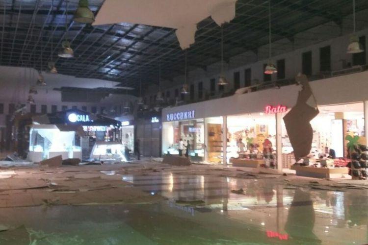 Gempa Ambon yang terjadi sejak Selasa malam (31/10/2017) menyebabkan Maluku City Mall (MCM) mengalami kerusakan. Paflon atap di bangunan dua lantai itu ambruk. Gempa Ambon yang terjadi sejak Selasa malam (31/10/2017) menyebabkan Maluku City Mall (MCM) mengalami kerusakan. Paflon atap di bangunan dua lantai itu ambruk.