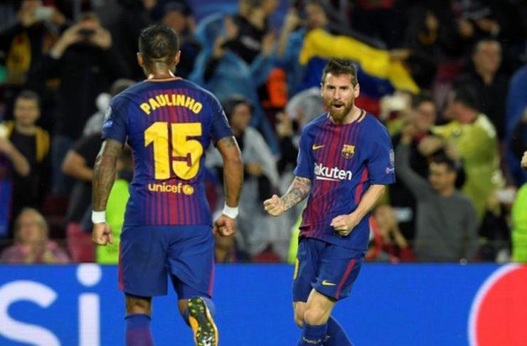 Megabintang FC Barcelona, Lionel Messi (tengah), merayakan gol yang dia cetak ke gawang Olympiacos dalam laga Grup D Liga Champions di Stadion Camp Nou, Barcelona, Spanyol, pada 18 Oktober 2017.(AFP/Lluis Gene)