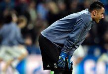 Kiper Real Madrid asal Kosta Rika, Keylor Navas, melakukan pemanasan jelang pertandingan Liga Champions kontra Napoli di Santiago Bernabeu, Rabu (15/2/2017). (JAVIER SORIANO/AFP)