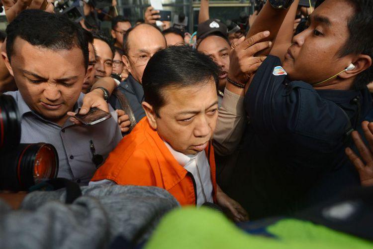 Tersangka kasus korupsi KTP elektronik Setya Novanto (tengah) meninggalkan gedung KPK seusai menjalani pemeriksaan di Jakarta, Selasa (21/11/2017). Ketua DPR tersebut menjalani pemeriksaan perdana selama lima jam usai ditahan oleh KPK terkait dugaan korupsi proek KTP elektronik.(ANTARA FOTO/WAHYU PUTRO A)