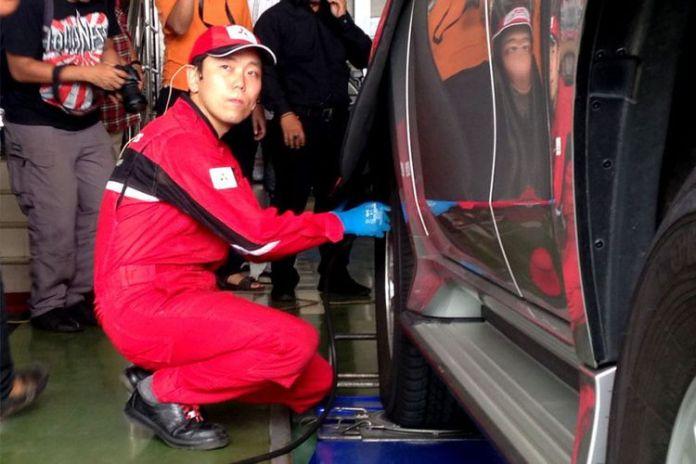 Salah satu teknisi Mitsubishi Jepang, sedang melakukan simulasi servis kendaraan.(Ghulam/KompasOtomotif)