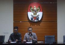 Wakil Ketua KPK Saut Situmorang (kanan) didampingi Juru Bicara Febri Diansyah (kiri) menyampaikan keterangan terkait penetapan tersangka baru kasus korupsi KTP Elektronik di Gedung KPK, Jakarta, Jumat (10/11). KPK resmi menetapkan kembali Ketua DPR Setya Novanto sebagai tersangka kasus dugaan korupsi KTP Elektronik. ANTARA FOTO/Akbar Nugroho Gumay/foc/17.(Akbar Nugroho Gumay)