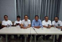 Feby Joko Priharto GM Wilayah Sumut tiga dari kiri saat memaparkan kinerja persiapan PLN di acara ngundun manten Bobby-Kahiyang di RM Sederhana, Jumat (24/11/2017).