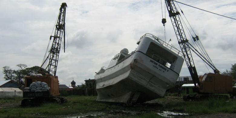 Sebuah kapal terdampar di lapangan yang jauh dari laut setelah tersapu tsunami Aceh, 26 Desember 2004 silam. Foto diambil setahun setelah kejadian.(KOMPAS.com/ERLANGGA DJUMENA)