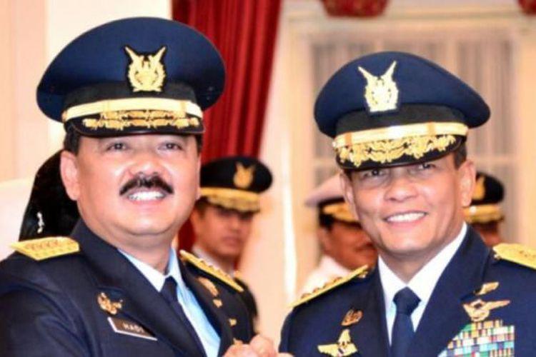 Kepala Staf TNI Angkatan Udara yang baru, Marsekal Hadi Tjahjanto berpose bersama pendahulunya, Marsekal Agus Supriatna usai pelantikan di Istana Negara, Rabu (18/1/2017).(Biro Pers Setpres)