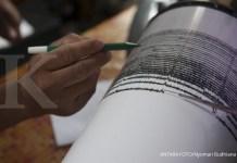 Petugas Pusat Vulkanologi dan Mitigasi Bencana Geologi mengukur besaran gempa tremor pada seismograf, di Pos Pengamatan Gunung Api Agung, Desa Rendang, Karangasem, Bali, Rabu (22/11). Pusat Vulkanologi dan Mitigasi Bencana Geologi mencatat adanya gempa tremor yang terus berlangsung pascaletusan freatik pada Selasa (21/11) pukul 17.05 Wita. ANTARA FOTO/Nyoman Budhiana/kye/17.