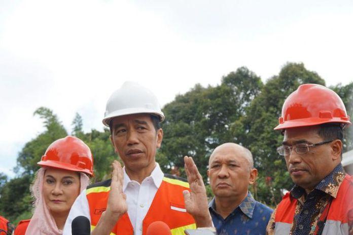 Presiden Joko Widodo saat acara Groundbreaking proyek Pembangunan Jalur Ganda Kereta Api Bogor-Sukabumi di Cicurug, Sukabumi, Jawa Barat, Jumat (15/12/2017).(KOMPAS.com/ PRAMDIA ARHANDO JULIANTO)