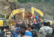 Proses evakuasi korban tebing longsor di area penambangan Bego Pendhem Desa Kaliurang, Kecamatan Srumbung, Kabupaten Magelang, Jawa Tengah, Senin (18/12/2017).(KOMPAS.com/Ika Fitriana)