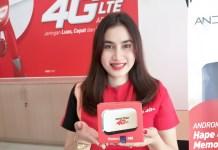 Karyawan Smartfren yang berada di kantor Jalan Adam Malik menunjukkan modem WiFi M5, Senin (25/12/2017)