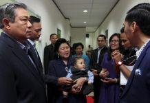 SBY dan Keluarga - Presiden ke-6 RI, Susilo Bambang Yudhoyono, putra sulung Agus Harimutri Yudhoyono, Ibu Ani Yudhoyono, dan putra bungsu Edhi Baskoro Yudhoyono (kiri ke kanan) di Studio Kompas TV, Jakarta, Senin (8/8/2016). Keluarga SBY hadir untuk mengisi acara talk show di Kompas TV, Rosi dan Keluarga SBY.(KOMPAS/LUCKY PRANSISKA)