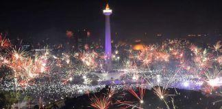Suasana pesta kembang api pada malam tahun baru 2018 di kawasan Monas, Jakarta Pusat, Senin (1/1/2018). Perayaan pergantian tahun di Ibu Kota diisi dengan pesta kembang api dan kegiatan Car Free Night.(ANTARA FOTO / WAHYU PUTRO A)