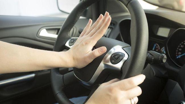 Menguak Alasan Wanita Lebih Rentan Kecelakaan Saat Mengemudi Wanita dianggap lebih rentan kecelakaan saat mengemudi mobil (Thinkstock/Artfoliophoto)