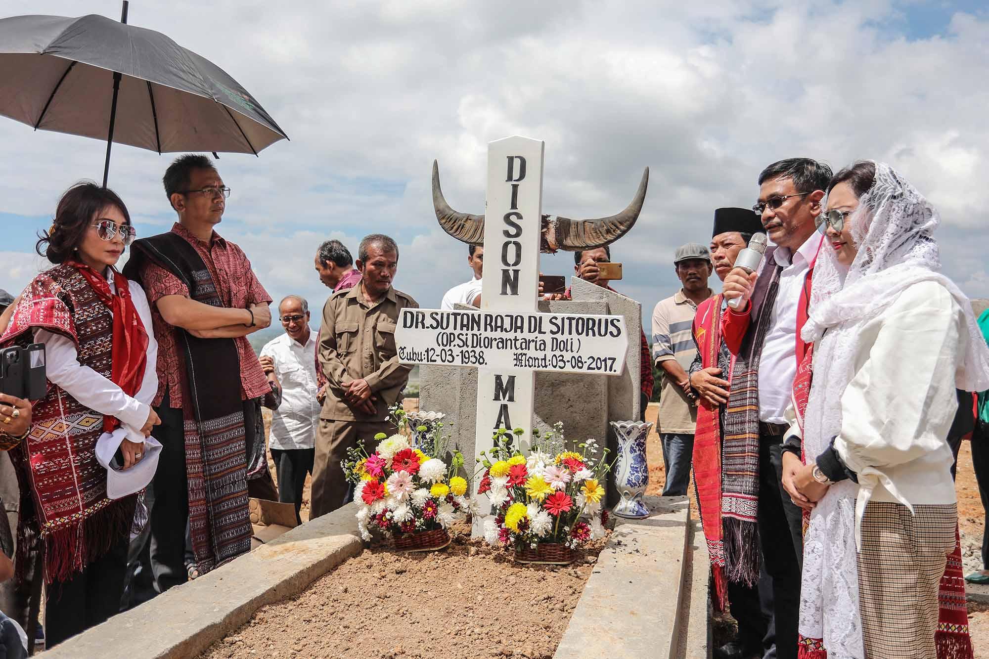 Jelang Penetapan KPU Sihar Sitorus Ziarahi Makam Ayahnya