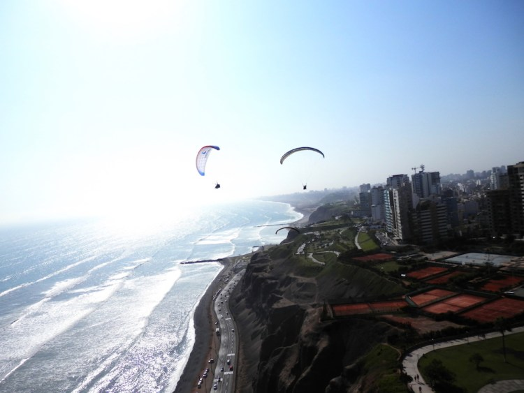 Paragliding along the Lima coast, photo by JM Parrone