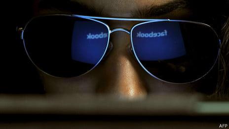 Usuaria con gafas de Facebook