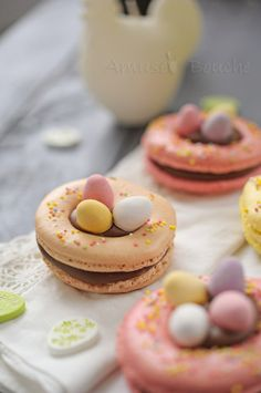 Macarons de Pâques en forme de petit nid
