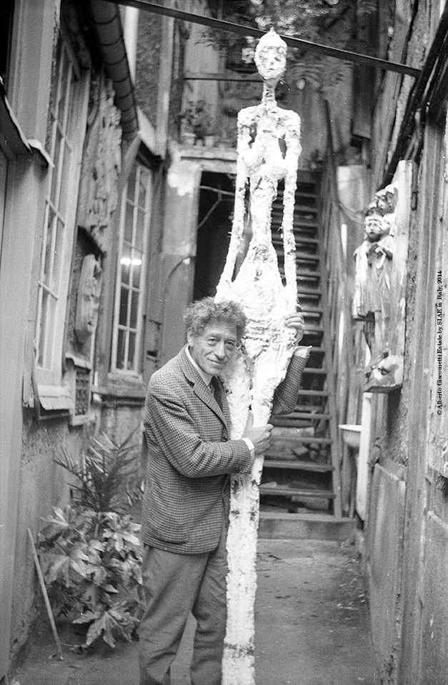 Annette Giacometti  Alberto Giacometti in the courtyard of the studio with the cast of the Great woman IV  1960 Archives of the Fondation Giacometti, Paris  © Alberto Giacometti Estate by SIAE in Italy, 2014