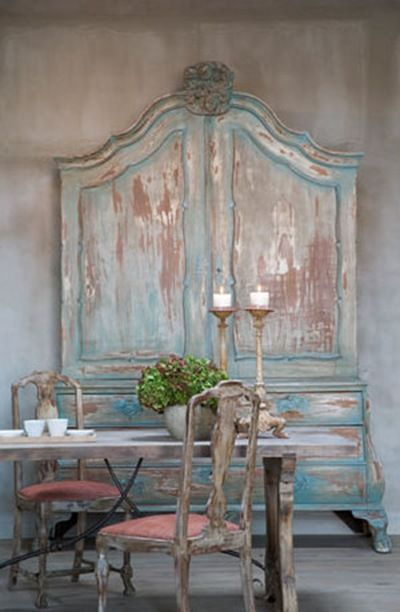 This loft at the Belgian seaside, has the colors of the sea, all nuances that go from green to blue, grey to chalky white walls, colors of the foam created by waves. The place is decorated with beautiful antique furniture with an aged patina.