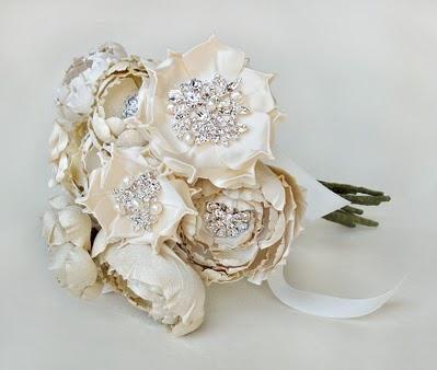 Excelente idea para las que aman las joyas y las flores y no se deciden por el material de su ramo