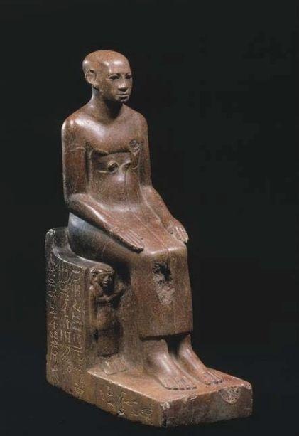 Statue de Renefseneb, 12e dynastie, Égypte, Assouan. Grès. H. 33,6 ; l. 10,5 ; pr. 19,3 cm © Berlin, Ägyptisches Museum und Papyrussammlung,