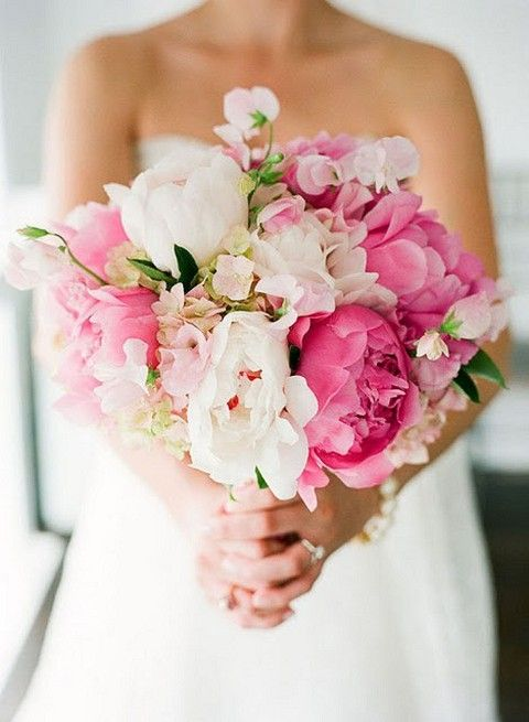 bouquet featuring sweet peas... ignore everything except the delicate, lacy little sweet peas. They give a very feminine, gardeny, ruffly look
