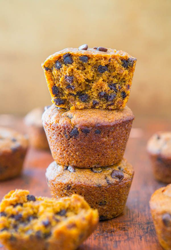 Vegan Chocolate Chip Pumpkin Muffins - Easy Recipe at averiecooks.com #vegan #pumpkin #muffin #recipe