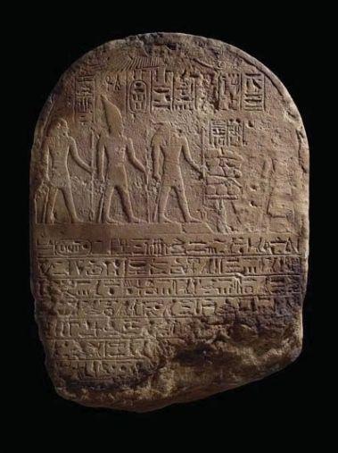 Stèle du vice-roi de Nubie Ouser-Satet présentant des offrandes à une triade divine composée (de droite à gauche) de Khnoum, du pharaon Sésostris III divinisé et de Dédoun, XVIIIème dynastie, Nouvel Empire, Semna, temple de Taharqa, chambre A. Grès. H : 68 cm ; l : 50 cm ; ép : 12 cm © Boston, Museum of Fine Arts