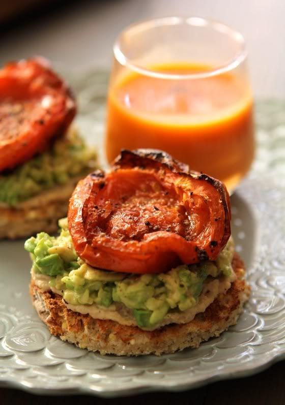 Tutto Fabulous: Alimentazione: Hummus e Avocado Toast con pomodori al forno