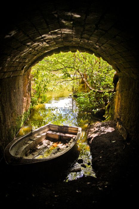 I would love this little boat 'nook' /bridge in my garden