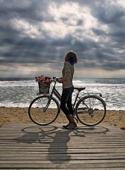 In bicicletta sulla spiaggia sarebbe fantastico da fare!