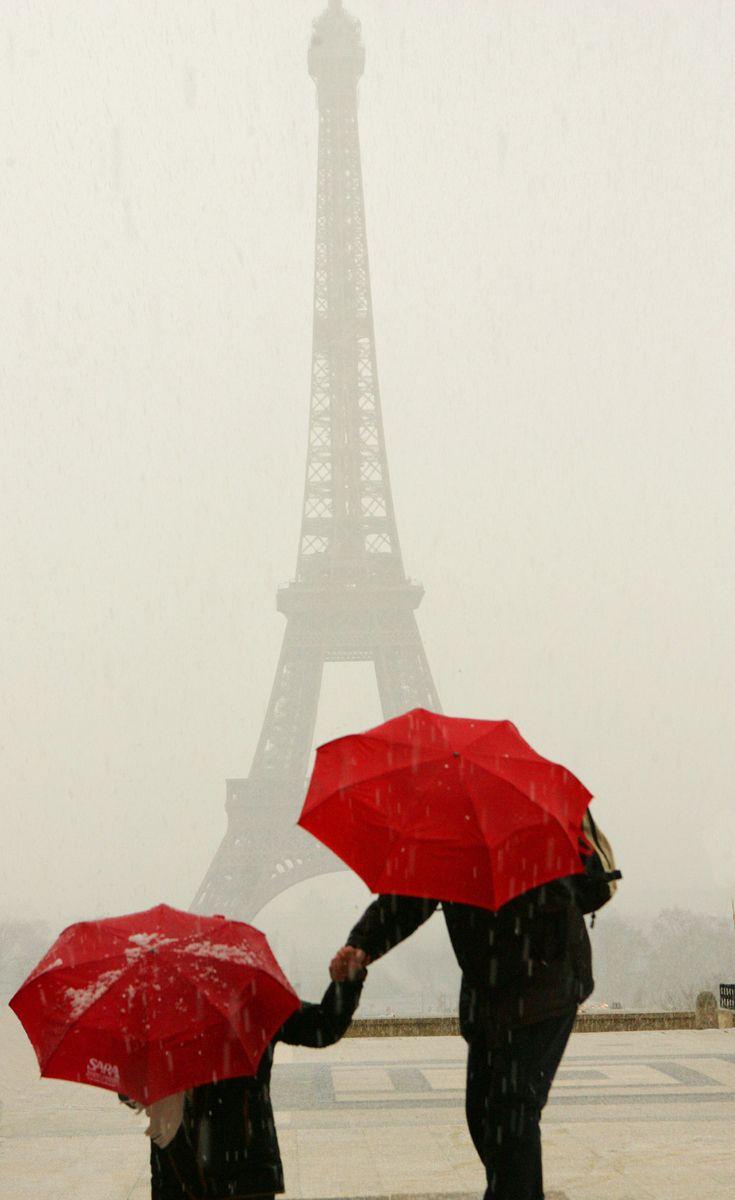 """Saatchi Artist Online: Owen Franken, Cor, Fotografia """"guarda-chuvas vermelhos na Torre Eiffel, durante uma tempestade de granizo"""""""