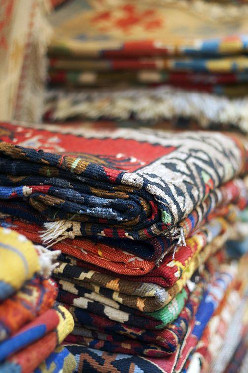 Una tienda de alfombras, con su mercancía expuesta, tiene todas las connotaciones de oriente, con sus texturas y aromas, como los bazares árabes de exóticos países .   #Esmadeco.