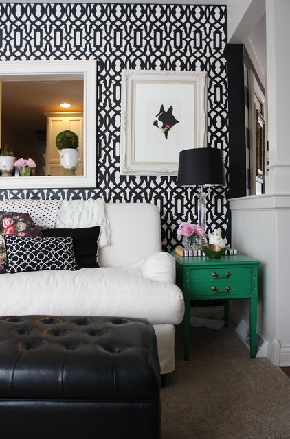 I'm not usually a green color pop girl, but I kinda love this emerald color in the middle of the black and white living room.