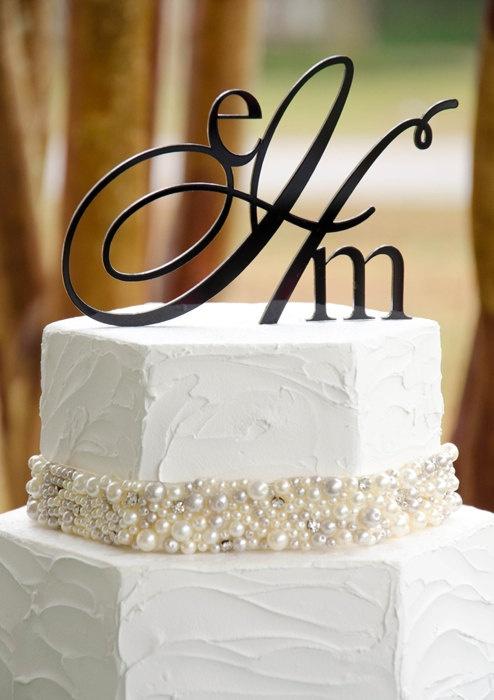 Initiale mirilor in varful tortului, cu perle si margele ca idee de a-ti personaliza tortul de nunta