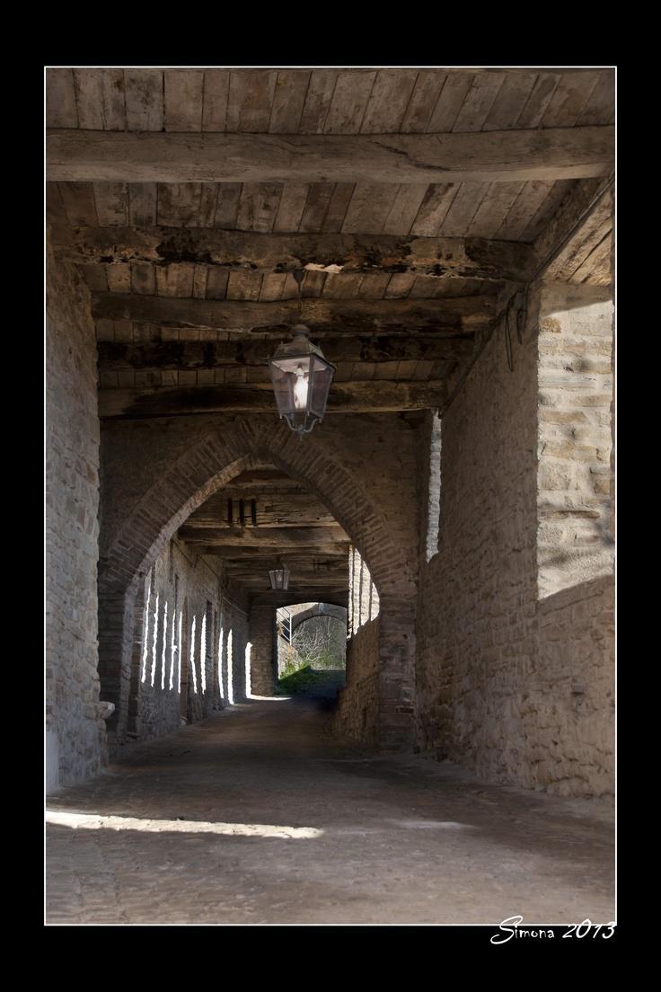 Le Copertelle Est.  Antichi camminamenti Coperti Che corrono Lungo le mura della Città di Pietra.  Una delle Bellezze Che contraddistinguono Serra.