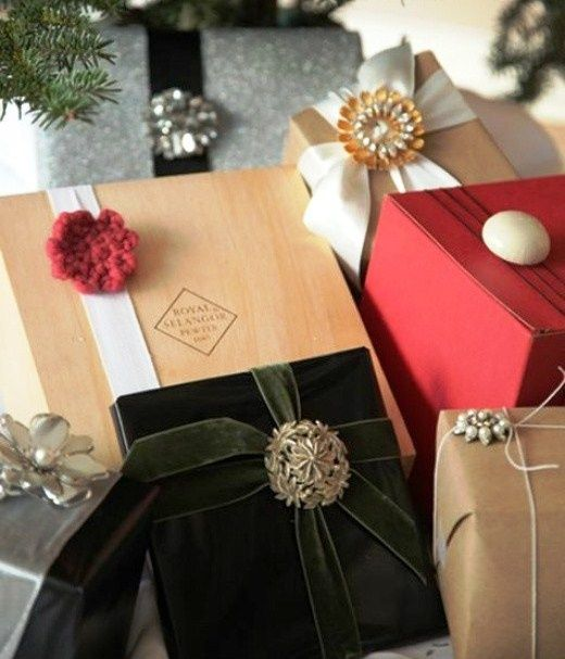Christmas gift wrapping ideas Vintage pins brooches instead of bows ToniK ⓦⓡⓐⓟ ⓘⓣ ⓤⓟ Elegant