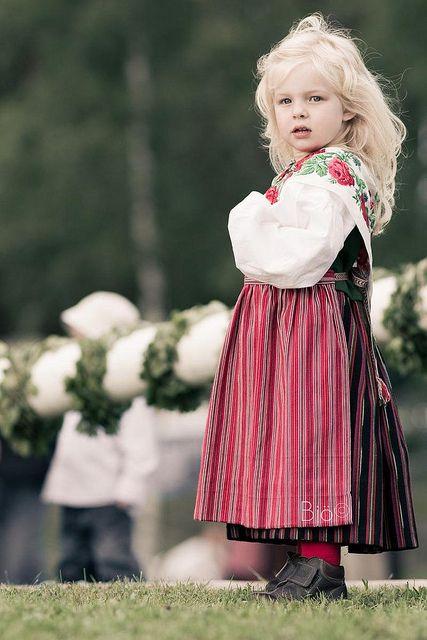 Una ragazza svedese indossa un costume tradizionale, Dalarna, Svezia da bjo ©