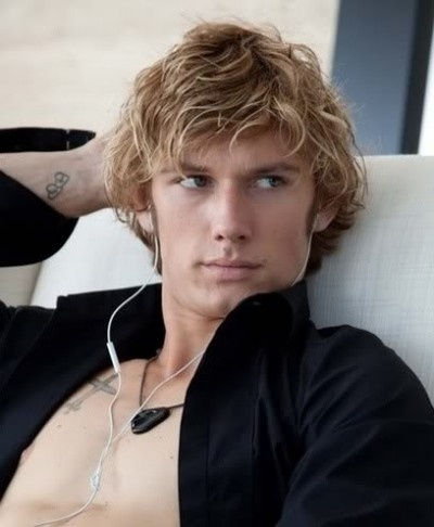 Messy and wavy hairstyle for blond men