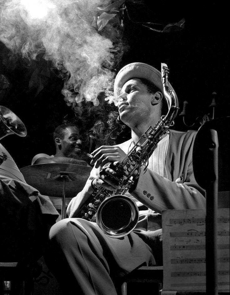 Il sassofonista Dexter Gordon - Il sassofonista Dexter Gordon in Una foto del 1948 Scattata al Reale Roost di New York.  Gordon nacque il 27 febbraio 1923 # fotografia # Storia # musica