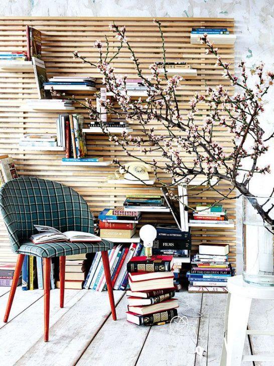 Una lámpara hecha de libros  Aprovecha esos títulos relegados al olvido y conviértelos en una original lámpara para iluminar tu particular rincón de lectura. O, si lo prefieres, utilízalos como baldas.
