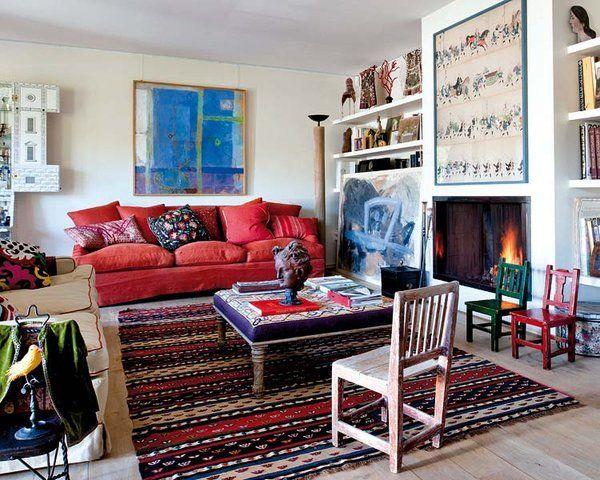 Salón con chimenea y sofá rojo