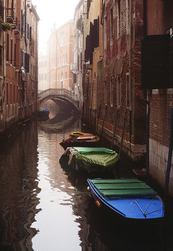 Venezia, scorcio con ponte e barche, gennaio 1994