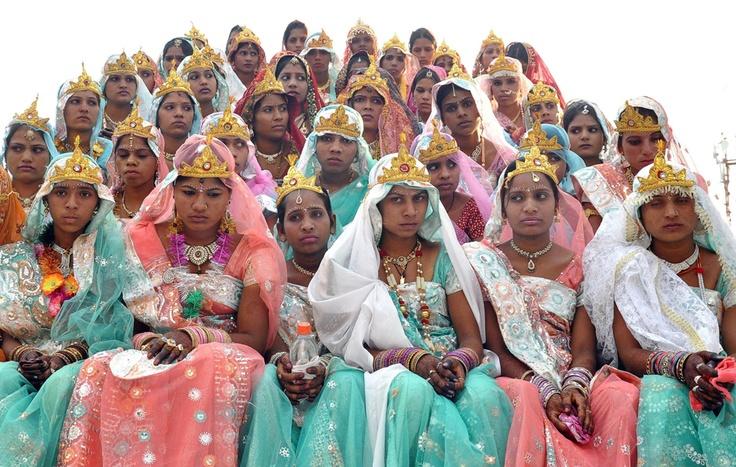 Spose in attesa di Un matrimonio di Massa, Durante la Festa di Akshaya Tritiya, un Bhopal, in India.  (Sanjeev Gupta, Epa / Ansa)