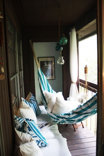 Love cozy little outdoor spaces!