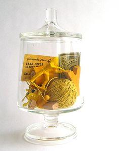 Verzamel gele kleine spullen in een glazen pot, leuk kleuraccent.