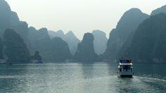 Vietnam - Baie d'Halong  https://picsandtrips.wordpress.com/2014/05/31/bouche-baie/