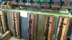 La Guardia Civil detiene a dos personas por posesión de cinco ametralladoras y un mortero