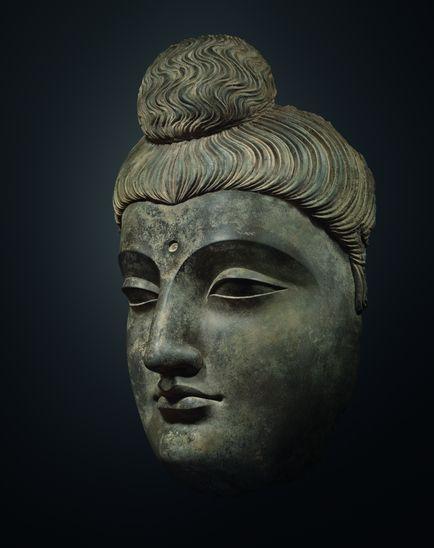 Tête de Boudha, art gréco-boudhique du Gandhara, IIe-IIIe siècle. Hauteur: 77 cm, schiste gris. Galerie Jacques Barrère, Biennale des Antiquaires 2014