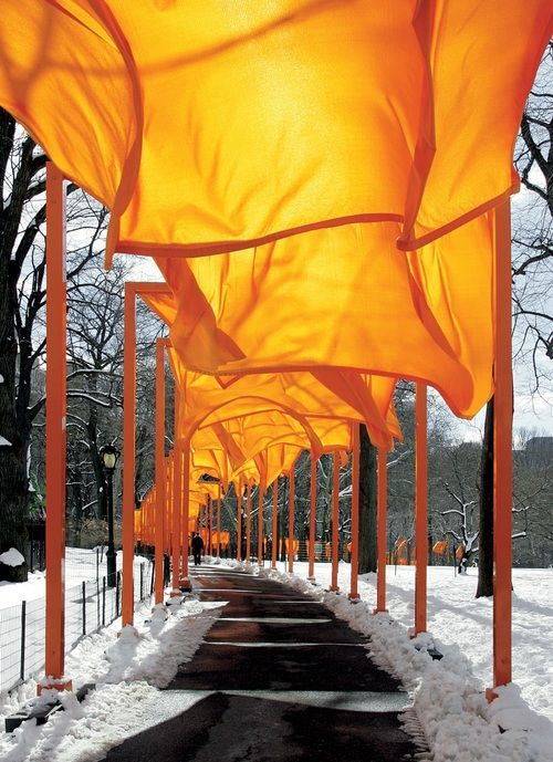 The gates l Christo and Jeanne-Claude. Central Park, NY. Ph. by Wolfgang Volz (2005).