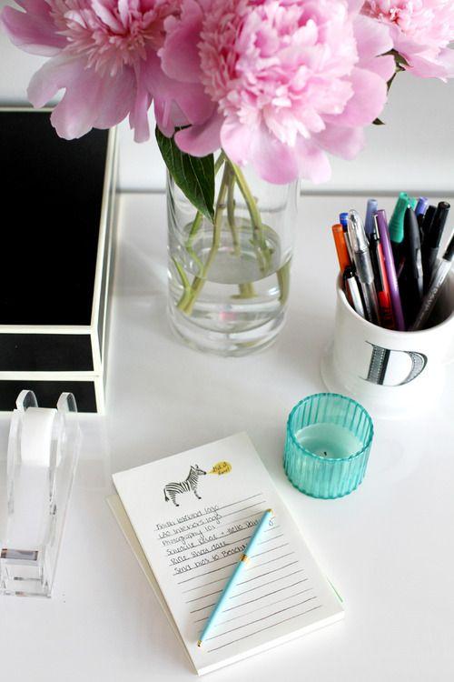 theeverygirl:    editor danielle moss' desk